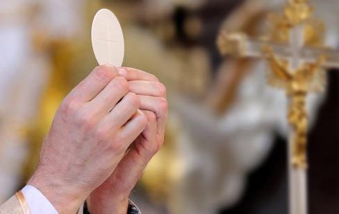 Kulminacyjny moment Eucharystii: patrzeć na hostię lub kielich czy schylać głowę?